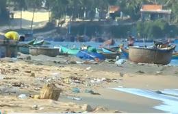 Bãi biển tràn ngập rác thải trong mùa nắng nóng