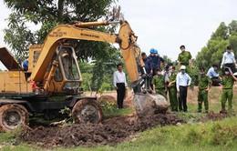 Tây Ninh: Khai quật hố chôn rác thải y tế trái phép