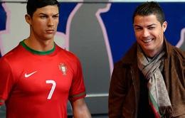 Chơi trội, Ronaldo tạo mẫu tóc cho tượng sáp