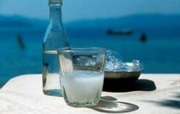 Hy Lạp áp thuế với rượu Tsipouro khiến người dân lo lắng