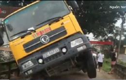 Hà Nội: Bị cấm lưu thông, lái xe vẫn cố tình cho xe quá tải qua làm sập cầu