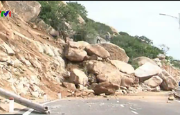Sạt lở núi gây ách tắc tuyến ven biển Ninh Thuận