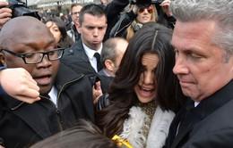 Selena Gomez sợ hãi trong vòng vây fan cuồng