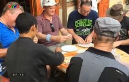 Người nước ngoài thích thú với trải nghiệm nấu ăn tại Sapa