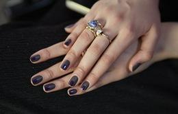 Các siêu mẫu đang sơn móng tay màu gì?