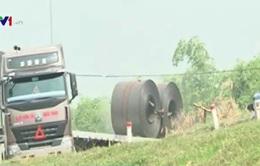 Hà Nội: Xe quá tải rầm rập phá đường đê Phúc Lợi