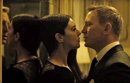 """Monica Bellucci khen diễn viên phim James Bond """"hào phóng"""" trong cảnh tình cảm"""