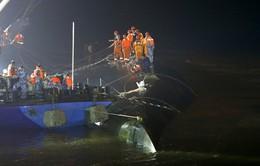 """Hàng trăm thợ lặn Trung Quốc """"trắng đêm"""" tìm nạn nhân vụ chìm tàu"""