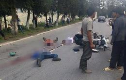 Xe máy tông nhau cực mạnh, 3 người nằm bất động