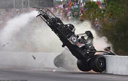 Xe F1 văng cao 10m, tay đua không hề xây xước