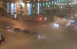 Nga: Vượt đèn đỏ, ô tô gây tai nạn kinh hoàng