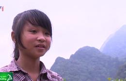 Cô bé 12 tuổi người Dao ham học tiếng Anh