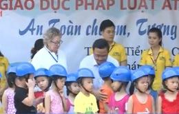 Sinh viên tặng mũ bảo hiểm cho học sinh