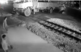 Tàu hỏa đâm mạnh ô tô tại đường ngang