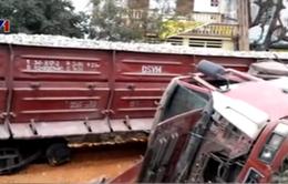 Tàu hỏa tránh xe tải chở đá, 5 toa bị lật