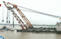 Trung Quốc nâng tàu bị lật trên sông Trường Giang