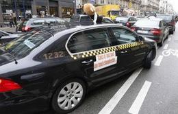 Lái xe taxi Pháp phong tỏa giao thông phản đối dịch vụ Uber