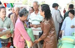 Hội Việt kiều Campuchia hỗ trợ bà con nghèo đón Tết