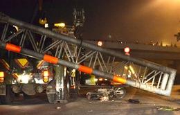TP.HCM: Ô tô kéo đổ thanh giới hạn chiều cao, đè chết người đi đường