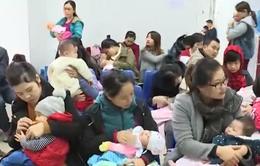 Nhiều trẻ được tiêm vaccine Pentaxim sau khi nhận mã đăng ký qua mạng