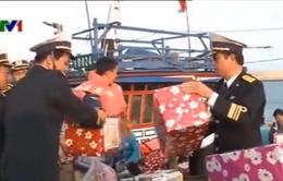 Bộ Tư lệnh Vùng 3 Hải quân tặng quà Tết tại đảo Cồn Cỏ