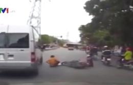 Bế con sang đường bất chấp luật giao thông