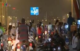 TP. HCM: Dừng đỗ, bán hànggây mất an toàn giao thông trên cầu Bình Lợi