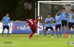 Mạnh Hùng sút phạt vọt xà ngang cầu môn U23 Lào