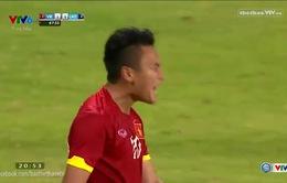 Phi Sơn qua người kỹ thuật đối mặt thủ thành U23 Lào