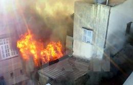 TP.HCM: Cháy lớn trong hẻm, hàng chục thùng sơn phát nổ