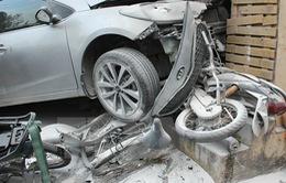 Ô tôtông liên hoàn vào 8 xe máy, nhiều người bị thương