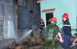 Bến Tre: Cháy rụi nhà kho chứa chỉ xơ dừa rộng hơn 500m2