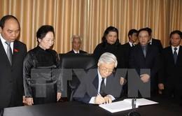 Tổng Bí thư ghi sổ tang, tưởng niệm Chủ tịch Đảng Nhân dân Campuchia