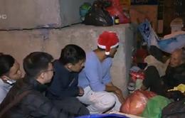 Tiếp hơi ấm cho những mảnh đời vô gia cư trong đêm Noel Hà Nội