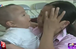 Xúc động cảnh bé trai 1 tuổi bị bán sang Trung Quốc đoàn tụ với mẹ