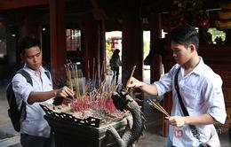 Sĩ tử đổ về Văn Miếu cầu may trước ngày thi THPT Quốc gia