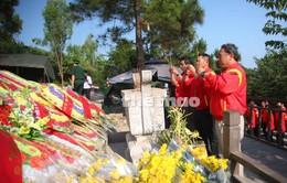 Các VĐV đua xe đạp dâng hương tưởng niệm Đại tướng Võ Nguyên Giáp