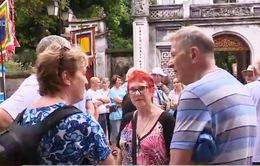 Việt Nam miễn visa cho du khách 5 nước châu Âu: Còn điểm bất hợp lý