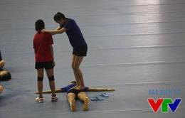VTV Cup 2015: Trần Thúy giẫm lên người đồng đội sau buổi tập