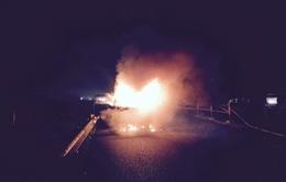 Cận cảnh vụ xe tải bốc cháy trên cao tốc Pháp Vân – Cầu Giẽ