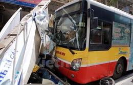 Hà Nội: Lái xe ngủ gật, xe buýt đâm vào hàng chục xe máy