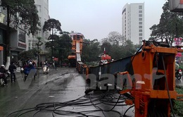 Hà Nội: Xe cẩu dài 50 mét đổ gục tại đường Nguyễn Hữu Thọ