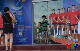 VTV Cup 2015: CĐV Bạc Liêu thích thú chụp ảnh với áp phích sao bóng chuyền