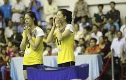 VTV Cup 2015: Hoa khôi Lê Thúy đứng ngồi không yên ở khu vực dự bị