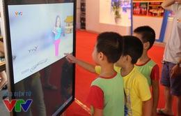 Các em nhỏ thích thú với nhiều hoạt động tại gian hàng VTV