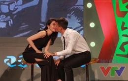 Công Vinh - Thủy Tiên hôn nhau ngọt ngào trên sóng trực tiếp