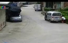Trung Quốc: Bé trai bị kẹt dưới gầm xe tải may mắn được cứu sống
