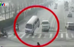 Xe ô tô bật tung giữa đường vì vướng dây cáp
