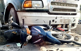 Xe bồn mất lái đâm 6 xe máy trên xa lộ Hà Nội