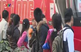 Hà Nội: Thiếu nhà chờ xe buýt, người dân đứng tràn ra quốc lộ